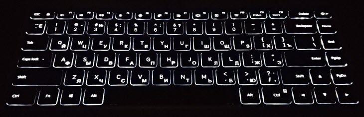 Клавиатура Mi Notebook Pro ночью с гравировкой